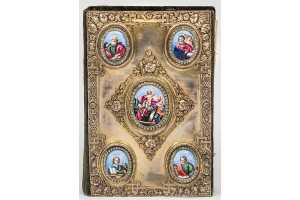 Евангелие напрестольное. Печать 1774; оклад 1872 (?). Бумага, дерево, серебро, бархат, стекло, латунь, печать типографская, гравюра на меди, чеканка, позолота, гравировка, эмаль
